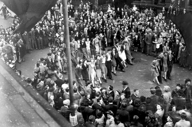 © Birmingham Mail. VJ Day in Birmingham outside Birmingham Council House.