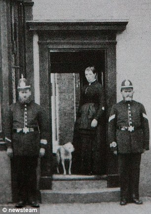 Members of Birmingham's Victorian police force. © http://www.dailymail.co.uk/news/article-2417281/The-real-Peaky-Blinders-Victorian-gang-terrorised-streets-Birmingham-sewed-razor-blades-caps-headbutt-rivals.html